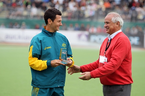 Jamie Dwyer receiving his award from FIH President Leandro Negre