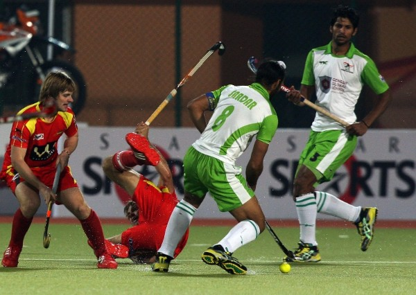 Delhi Waveriders (whie and green) were 5-4 winners against Ranchi Rhinos on Wednesday.